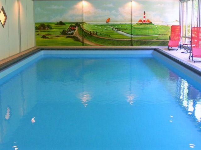 St. Peter-Ording Hotel Eulenhof: Hallenschwimmbad mit Wandmalerei und Liegen
